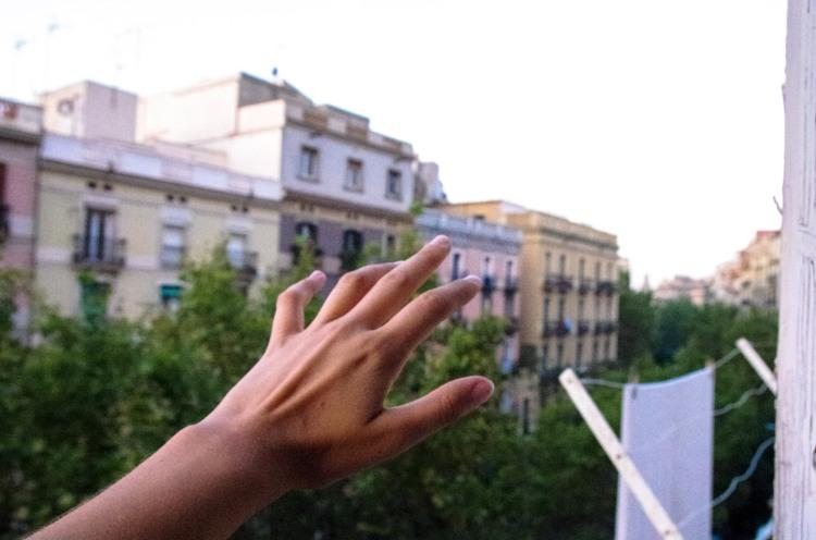 barcelona_balcony_hand