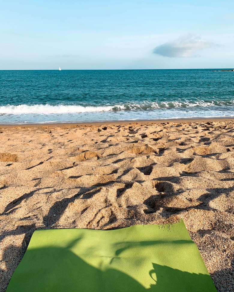 yoga-beach-barcelona